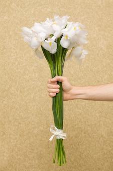 Homme, tenue, fleurs