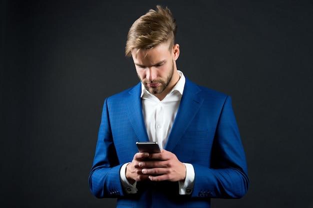 Homme en tenue formelle avec téléphone portable mode homme d'affaires ou pdg communication d'entreprise