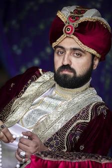 Homme en tenue de gouverneur oriental antique