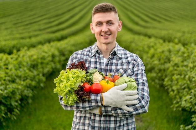 Homme, tenue, légumes