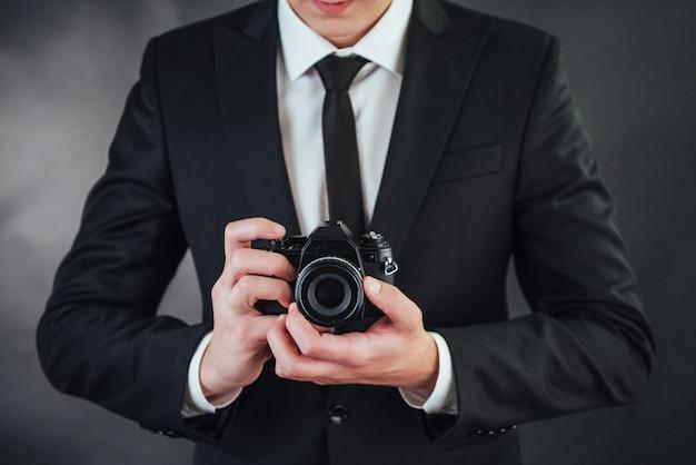 Homme, tenue, noir, appareil photo numérique