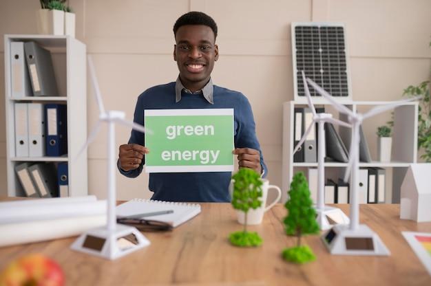 Homme, tenue, papier, à, énergie verte