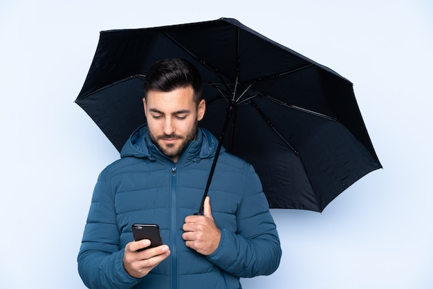 Homme, tenue, parapluie, isolé, mur