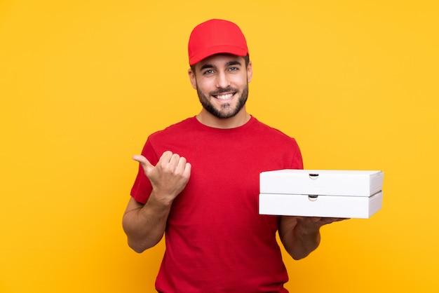 Homme, tenue, pizzas, boîtes, isolé, mur