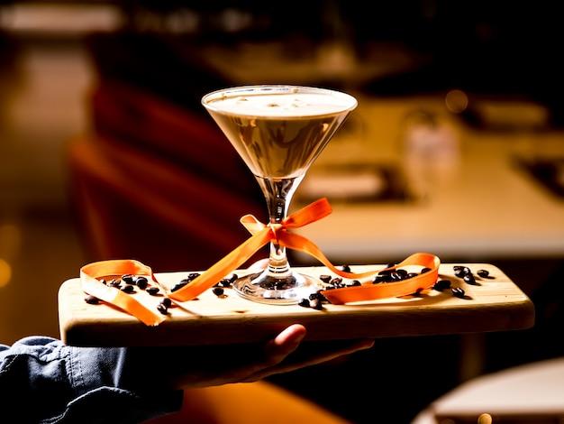 Homme, tenue, planche bois, à, baileys, cocktail, dessus