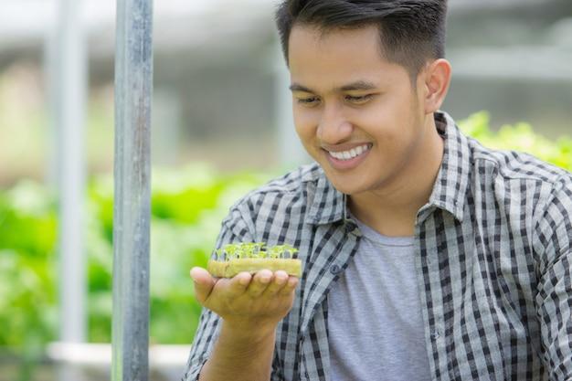 Homme, tenue, pot fleurs, peu, plante