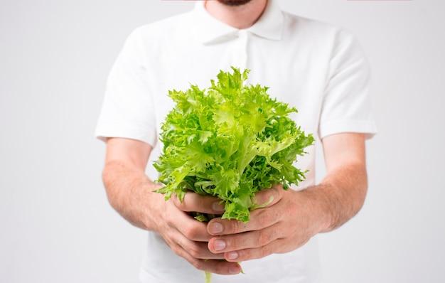 Homme, tenue, salades, gros plan