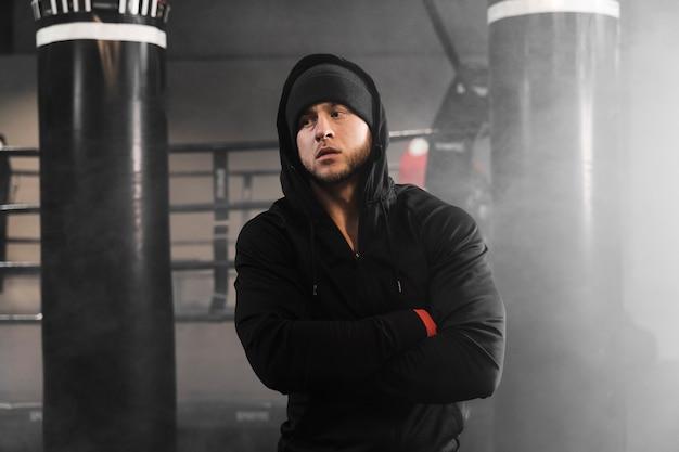 Homme en tenue de sport au centre d'entraînement de boxe