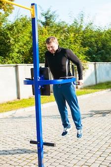 L'homme en tenue de sport effectue des exercices en plein air