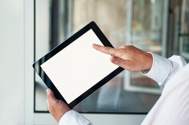 Homme, tenue, tablette noire, dans main