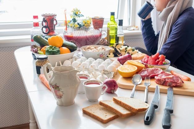 Homme, tenue, tasse, à, beaucoup, nourritures, legumes, fruits, préparer, cuisine