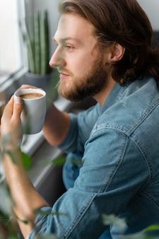 Homme, tenue, tasse café, gros plan