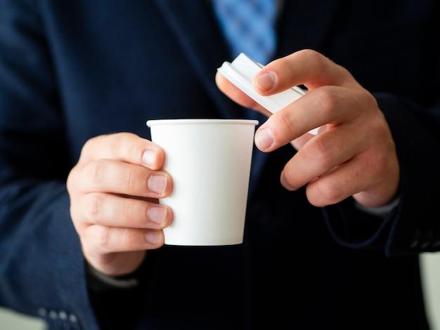 Homme, tenue, tasse café, maquette