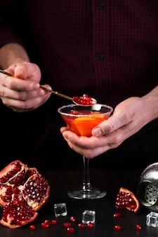Homme, tenue, verre cocktail, à, cuillère