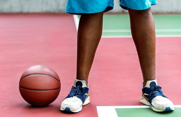 Homme sur un terrain de basket