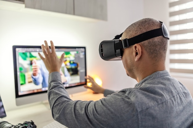 Un homme teste un ensemble de réalité virtuelle à la maison