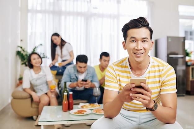 Homme de textos à la fête à la maison