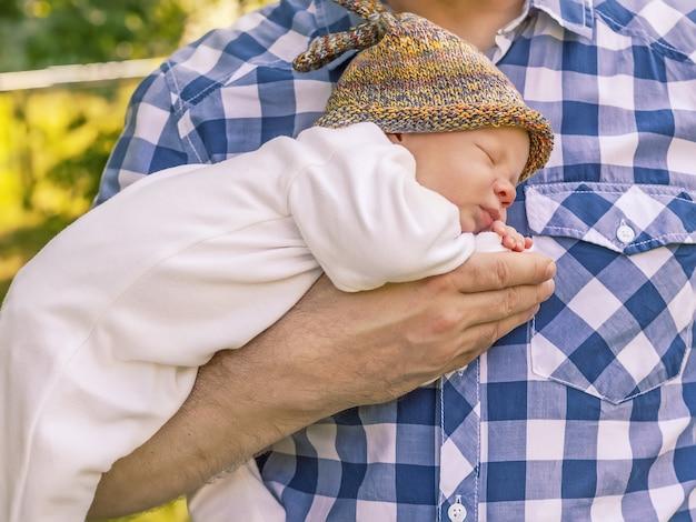 L'homme tient un adorable bébé dans ses bras, sa paternité et sa parentalité