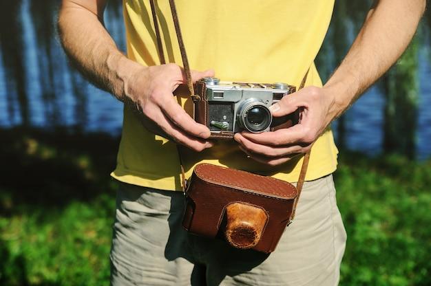 Un homme tient un appareil photo vintage