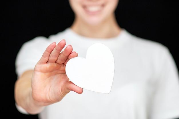 L'homme tient un coeur blanc dans ses mains