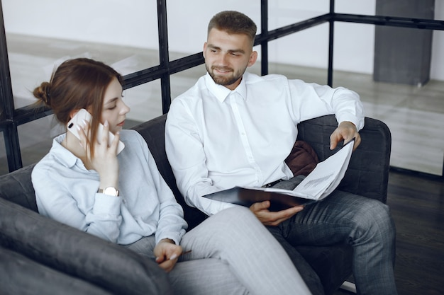L'homme tient un dossier. partenaires commerciaux lors d'une réunion d'affaires.femme parlant au téléphone