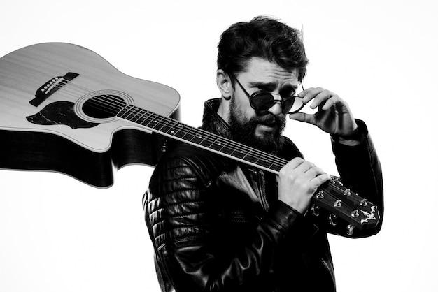 Un homme tient une guitare dans ses mains