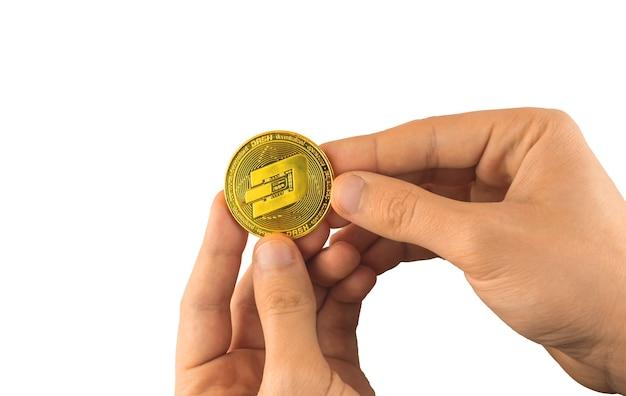 L'homme tient une pièce de monnaie dash à la main isolée sur fond blanc, photo de symbole de tiret de pièce de monnaie de blockchain de monnaie crypto