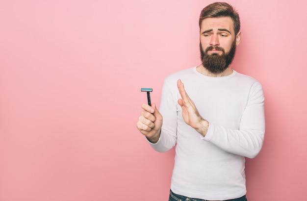L'homme tient un razer dans sa main