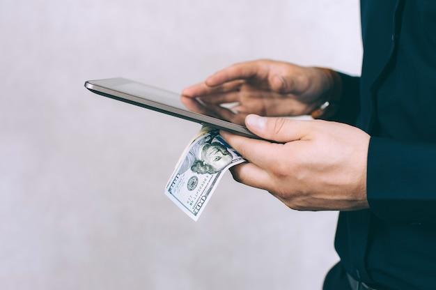 L'homme tient son doigt devant l'écran de la tablette