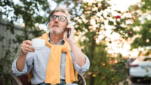 Homme de tir moyen parlant au téléphone