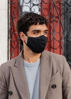 Homme de tir moyen portant un masque