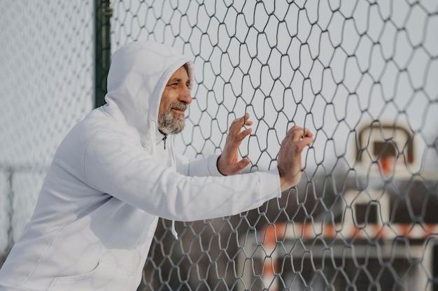 Homme de tir moyen près de la clôture