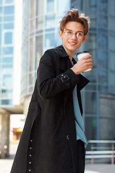 Homme de tir moyen avec tasse de café