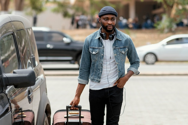 Homme de tir moyen transportant des bagages