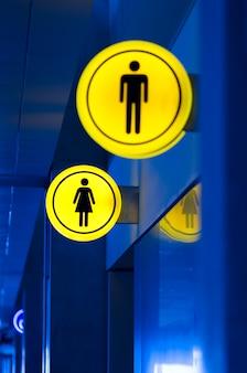 Homme, toilette féminine, signe de toilettes. concept d'égalité homme et femme. espace de copie.