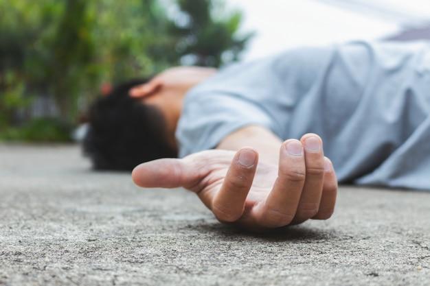 Homme tombant sur la route à cause d'un accident vasculaire cérébral ou d'un accident vasculaire cérébral