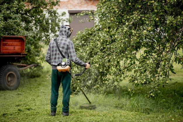 Homme tondre l'herbe