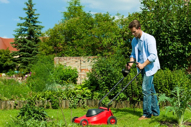 Homme, tondre la pelouse avec machine