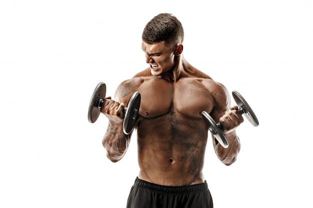 Homme topless fort faire des exercices avec des haltères