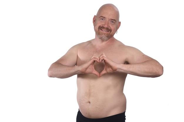Homme torse nu avec coeur de signe sur fond blanc