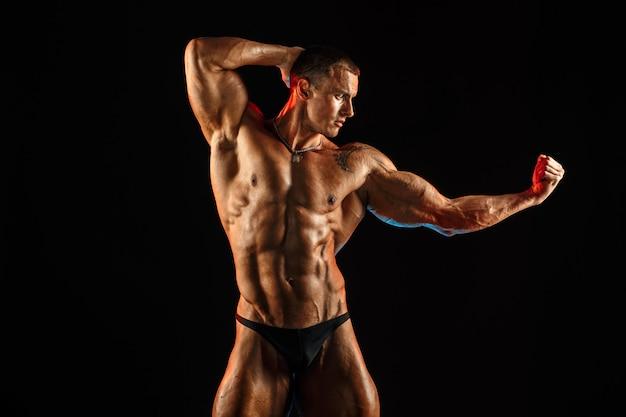 Homme torse nu avec un corps topless musclé