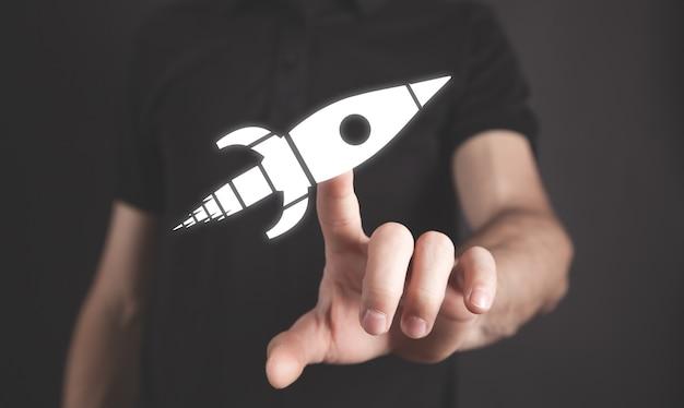 Homme touchant dans la fusée. commencez