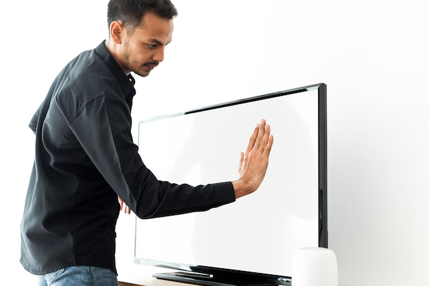 Homme touchant l'écran de télévision intelligente