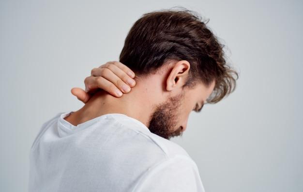 Homme touchant son cou avec sa main ostéochondrose mal de dos