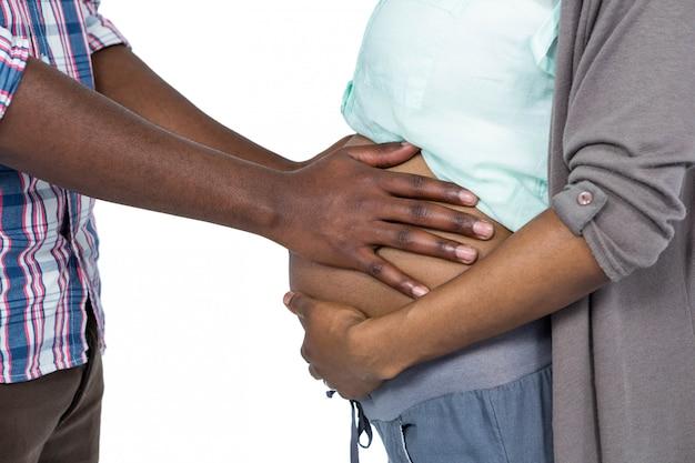 Homme touchant le ventre de femme enceinte