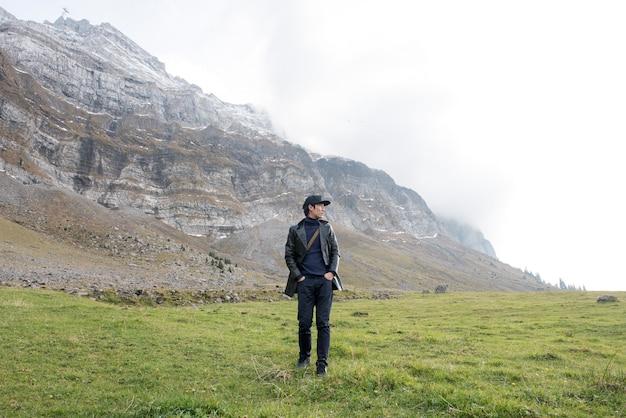 Homme de tourisme et belle vue sur la vallée de la montagne saentis, suisse