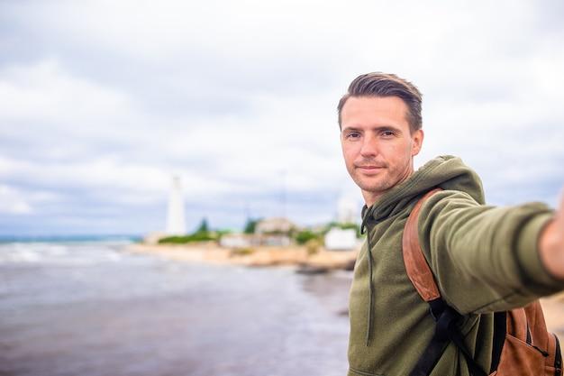 Homme de tourisme en plein air sur le bord de la falaise en bord de mer
