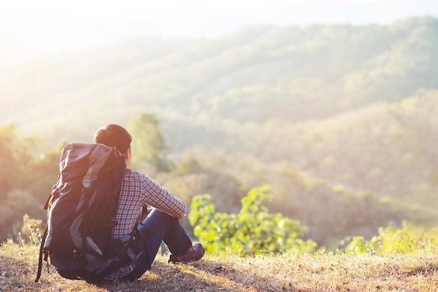 L'homme de tourisme profiter avec belle vue sur les montagnes et la vallée à ella, sri lanka, little adam peak