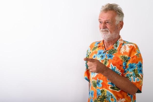 Homme touriste barbu senior en colère doigt pointé sur blanc