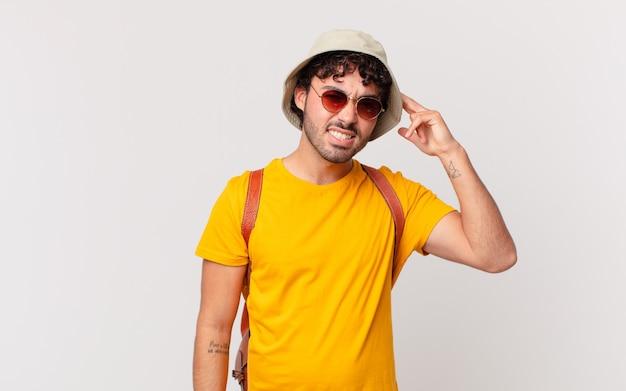 Homme de touriste hispanique se sentant confus et perplexe, montrant que vous êtes fou, fou ou fou